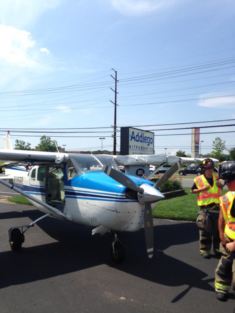 [Internacional] Avião faz pouso de emergência em avenida movimentada nos EUA CJuRS4ZUcAAZDsi