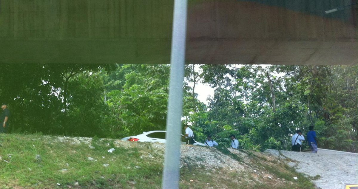 Penguins at the underpass turn off from Subang to Federal Highway. #kltraffic http://t.co/VWnFnJJDoE