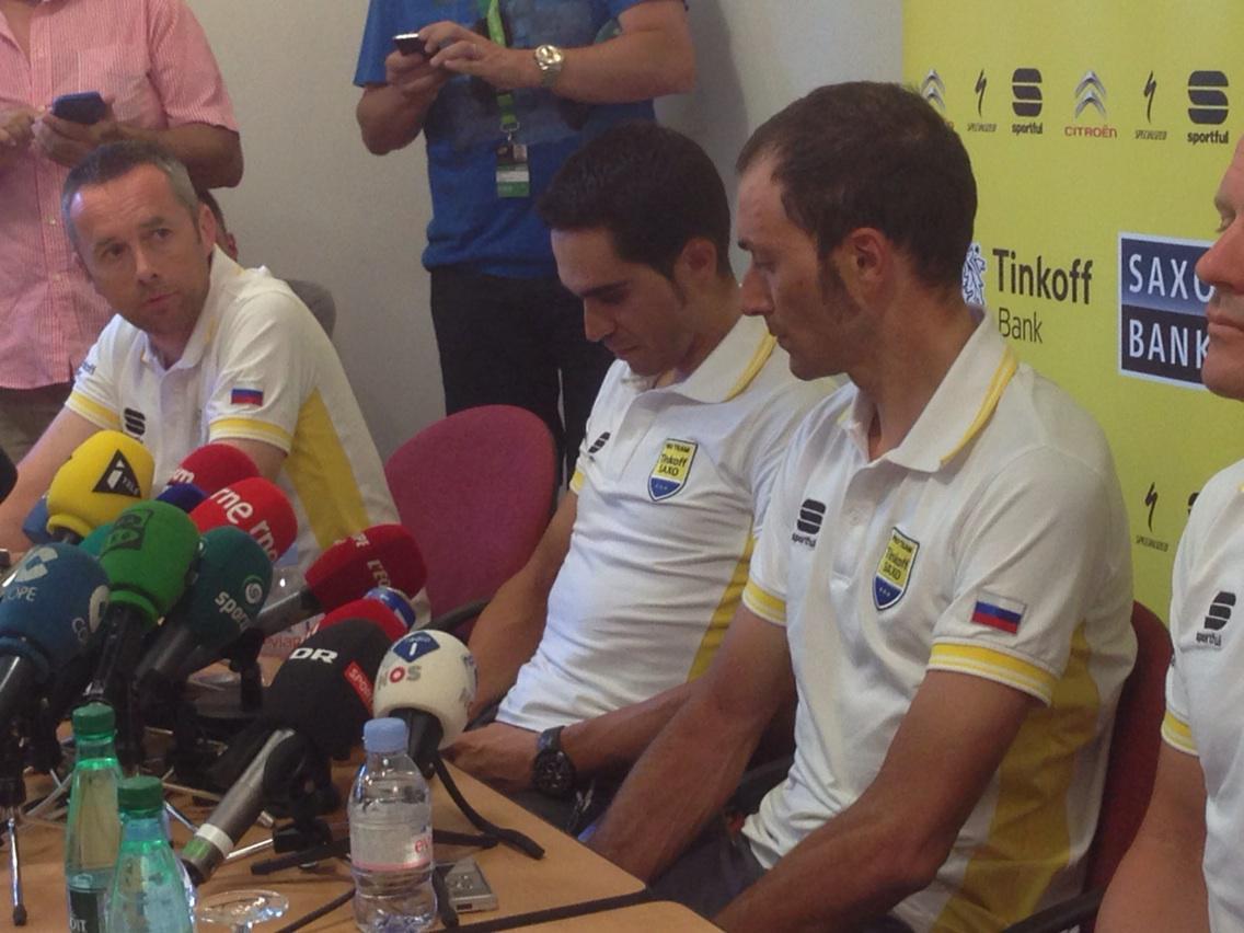 La vida se ceba con Ivan Basso. Se le detecta tumor en un testículo en pleno Tour. Contador, emocionado. #tourencope http://t.co/Rq7cygEXNS