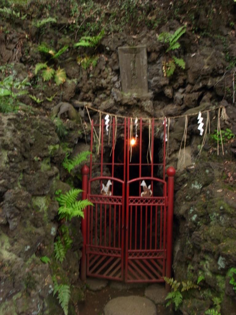 最近、タイムラインによくお稲荷さんが流れるけど、成増の瀧不動脇にある稲荷明神の洞窟は超オススメ。ひさしぶりに行きたくなった。 http://t.co/K1SHZ1tOeW