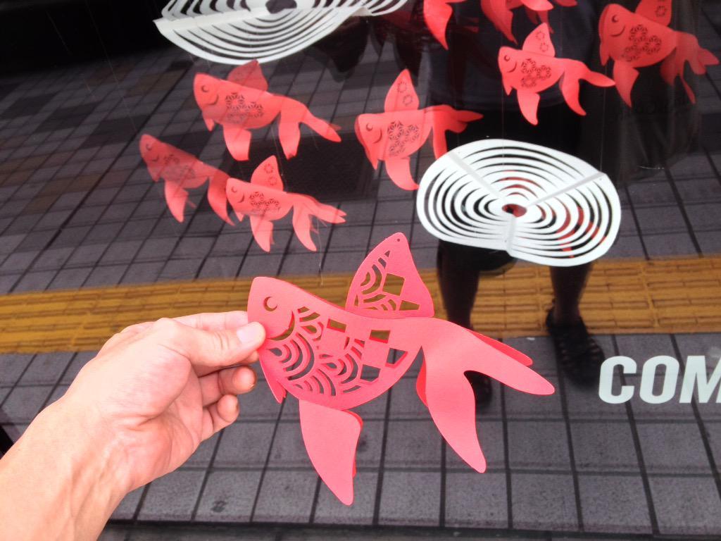 新宿コムサストアのウィンドウで剽窃されている。金魚のオーナメントは、私 林たけお が2009年頃から製作し始めたものです。ここ数年はこれで展覧会も開催させてもらっていて、今まさに展覧会の会期中なのです。(手前が私の金魚です。) http://t.co/MArUWUUkzJ