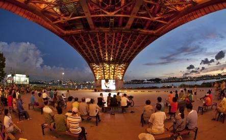 7.8월 한강다리밑이 멋진 영화관이 된다는 사실을 모르는분들이 꽤 많은듯 생각보다 로맨틱합니다 http://t.co/ZKa3fQO5kT