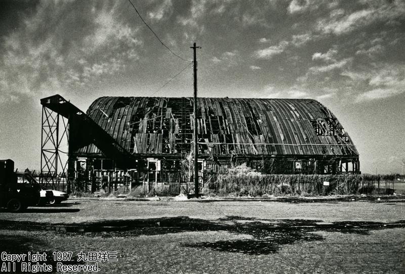 母の記憶ですが/調布飛行場は終戦直後、旧陸軍航空隊の空家になった兵舎に引揚者を住まわせ、数年後、敷地の一隅を引揚者に割譲…/今回の調布市富士見町一丁目の一部はそんななり立ちだったそうです/写真は昭和末期の調布飛行場、まだ戦前の格納庫が http://t.co/gwLBDGc9mU