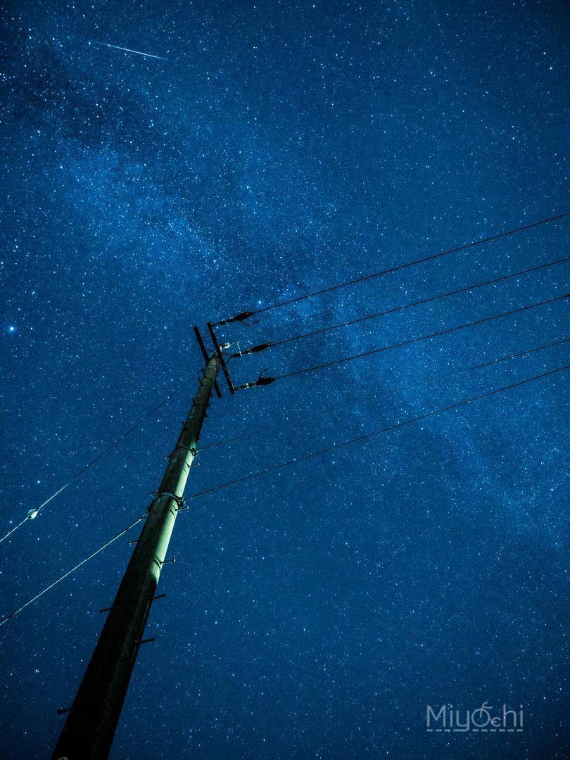 ミラーに映った星が幻想的で美しい星景写真‼️