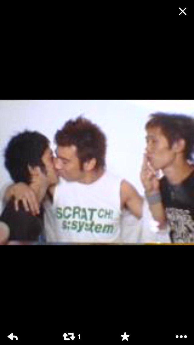 後輩から送られて来た10年以上前の画像。 オレ、未来の芥川賞大作家先生の又吉とキスしてたぞ!(自慢) http://t.co/6ixzSn9fSD
