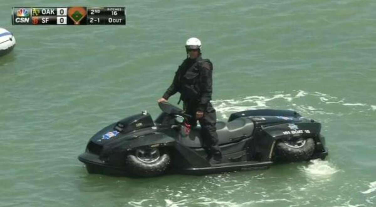 "The San Francisco Police Dept's amphibious ""Quadski"" in McCovey Cove (H/T @SportsGrid) http://t.co/2ZCc749Dfq"
