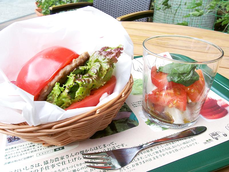 \大崎店限定!バンズの代わりに、LLトマトで具材を挟んだ新バーガー!/ トマトの一部をカプレーゼに♪LLサイズのトマトが丸ごと1個食べられるセットです!※大崎店のみの販売です。 詳細は▶http://t.co/1pDR2GGMAe http://t.co/CrBr5dLSja