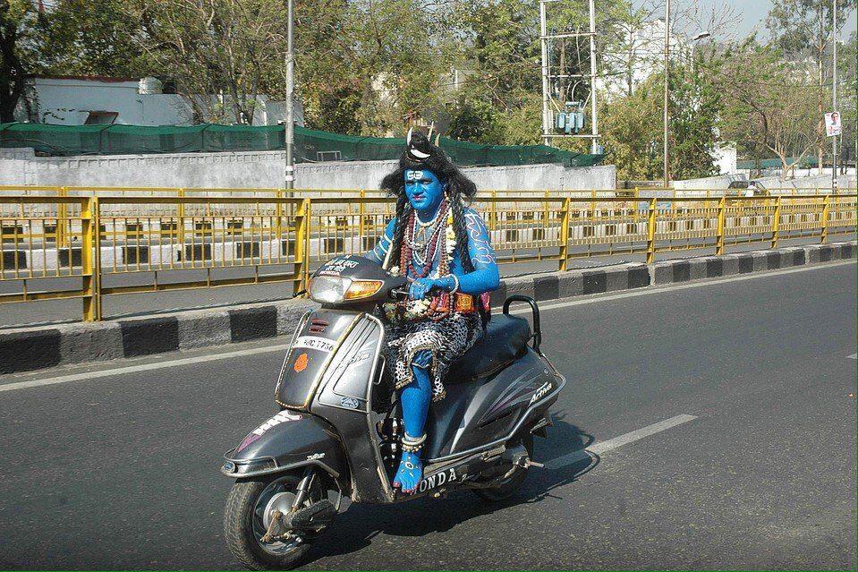 ハヌマーン神がドローンになって空を飛べば、シヴァ神はバイクで道を走る。やっぱりあの国凄いな。
