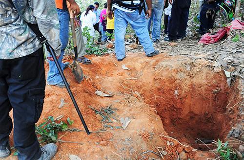 Localizan en Iguala 60 fosas clandestinas; 129 cadáveres en 8 meses http://t.co/ENRzuOGrYf http://t.co/jBOmn6CrOF