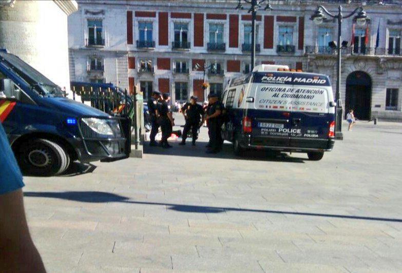 Cargas policiales en Sol: Dos detenidos y varias personas agredidas. No han dejado grabar nada #AcampadaMordaza http://t.co/27OD17ko7x