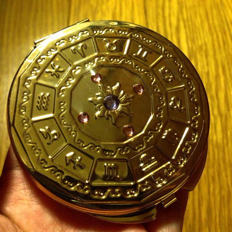 星矢クラスタさんに知ってほしい・・・今・・・こんなに素晴らしいコンパクトミラーが・・・ディズニーストアに売っていることを・・・・・・※ラプンツェルグッズです。 http://t.co/YoxuGUZTs6