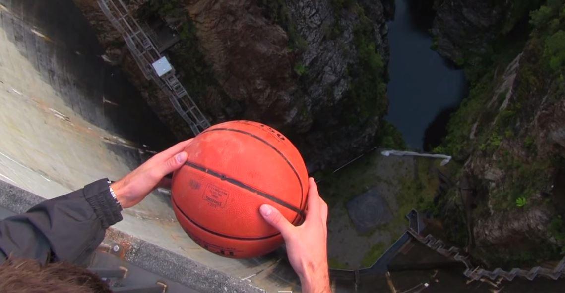 VIDEO Effetto Magnus con un pallone da Basket sopra una diga