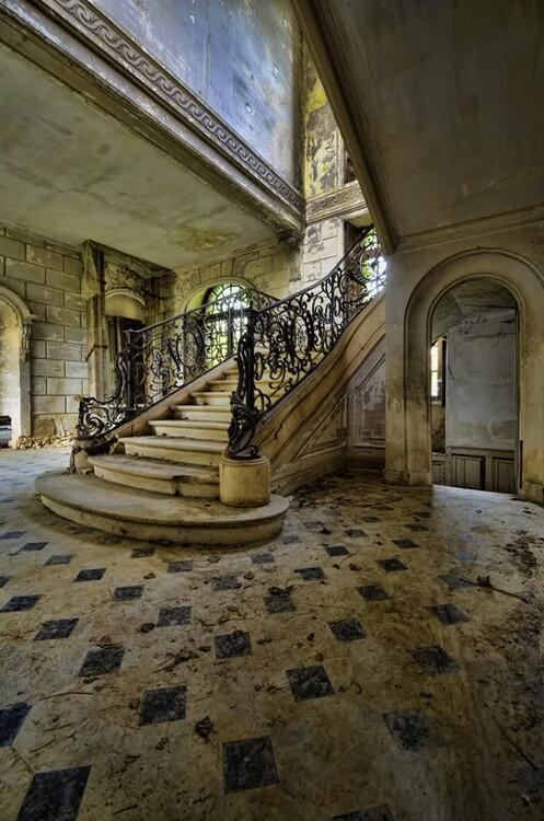 Endroits abandonn s on twitter un vieil escalier dans une maison aband - Maison abandonnee en france ...