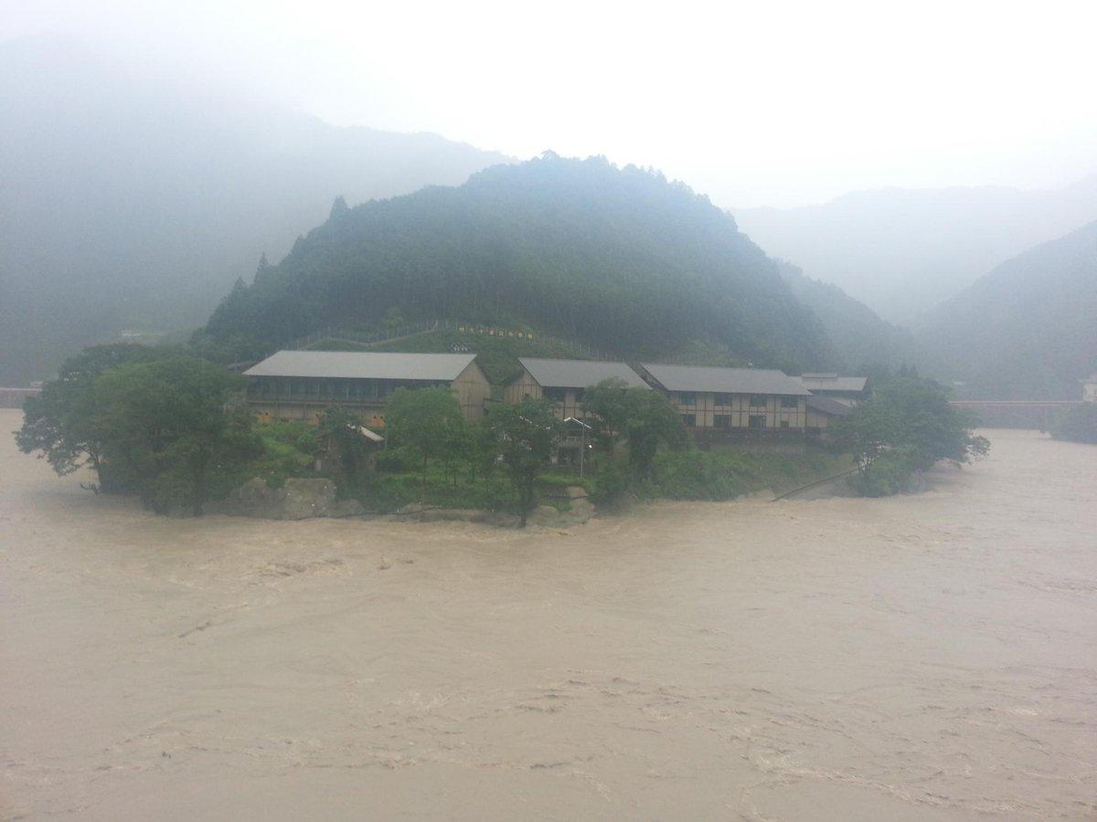 十津川中学校前の河川。風屋ダムの放水と、栗平土砂ダムの越流の影響で、水位が上がっています!#十津川 http://t.co/3Wdi112mGn