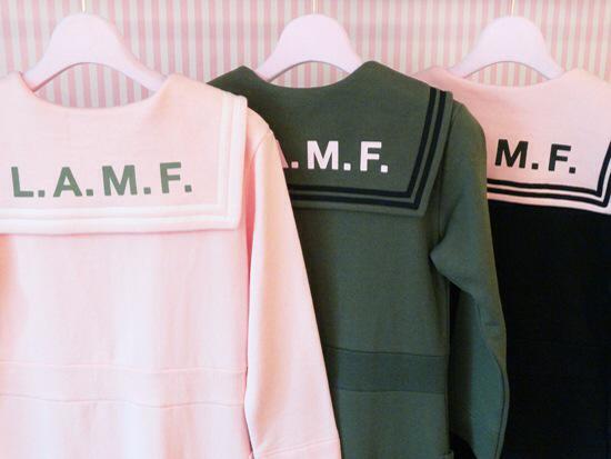 胸元にはKATIEのフラッグワッペン🏁  バックスタイルにはL.A.M.F.プリントが施されています❤️  セーラーtee color : OFF WHITE、PINK ワンピ color : PINK、OLIVE、BLACK