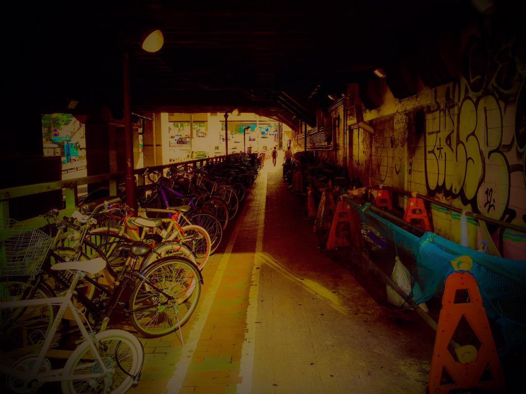 渋谷ヒカリエの「バケモノの子展」もうやってると思ったら、7月24日(金)からだった。  早く行きたいなぁ〜  って気持ちが強過ぎてアニメだけど、せっかく渋谷来たし「バケモノの子」ロケ地巡りして写真をスマホで加工!  結構良い感じ。 http://t.co/XCc8eZP2Ya
