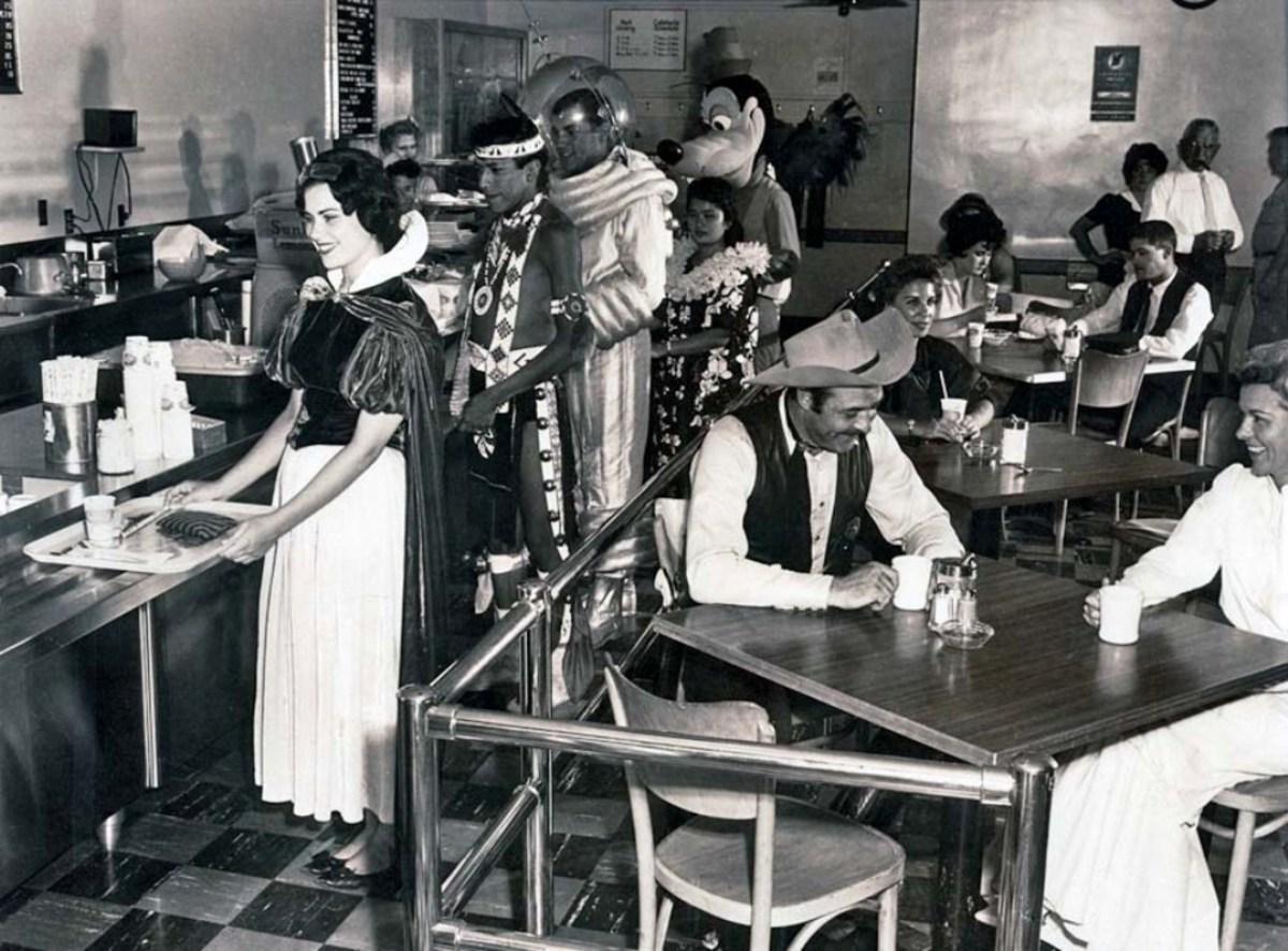 Disneyland employee cafeteria, 1961. pic.twitter.com/oS0vMispaR c HistoryInPics    #ComicCon2016