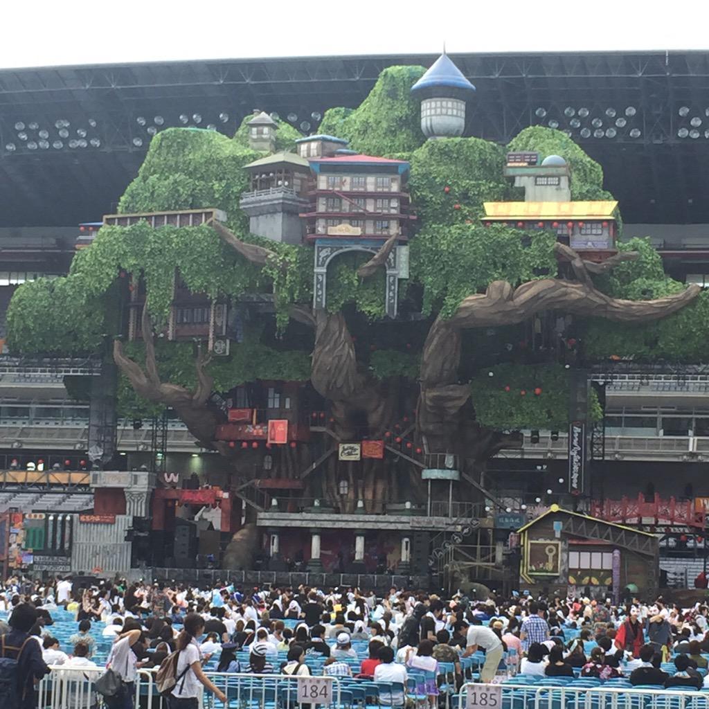 SEKAI NO OWARI@日産スタジアム アリーナじゃないけど、一列目でラッキー!雨よ、降らないで! http://t.co/cGScSKLslQ