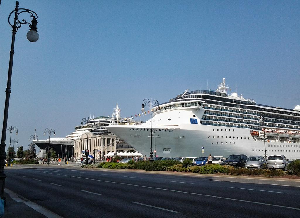 Oggi 2 domani 4. Avanti così. A #Trieste il #turismo è più bello ;) @RobertoCosolini @DiscoverTrieste @PortodiTrieste http://t.co/3qQ2yIcBhi