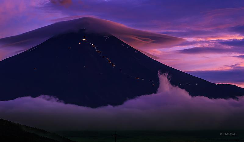 笠雲のベールを頂き、 山小屋の灯りを飾り、 裾には流れる雲をまとっていました。 (本日忍野村より撮影した富士山)