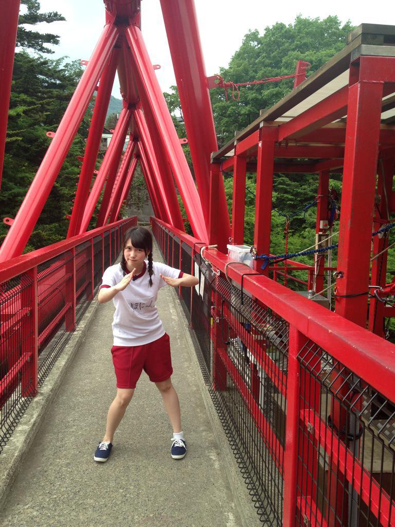 橋の上でポーズを決めている加藤里保菜の画像♪