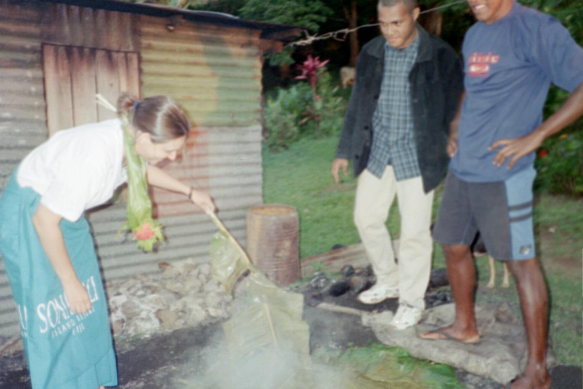 @WorldNomads #wngreatescapes Here's me in Fiji helping to prepare a lovu feast as part of a Homestay- #Ilivefortravel http://t.co/6cZUZqUUCD