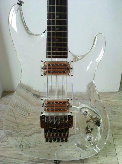 透明なギター