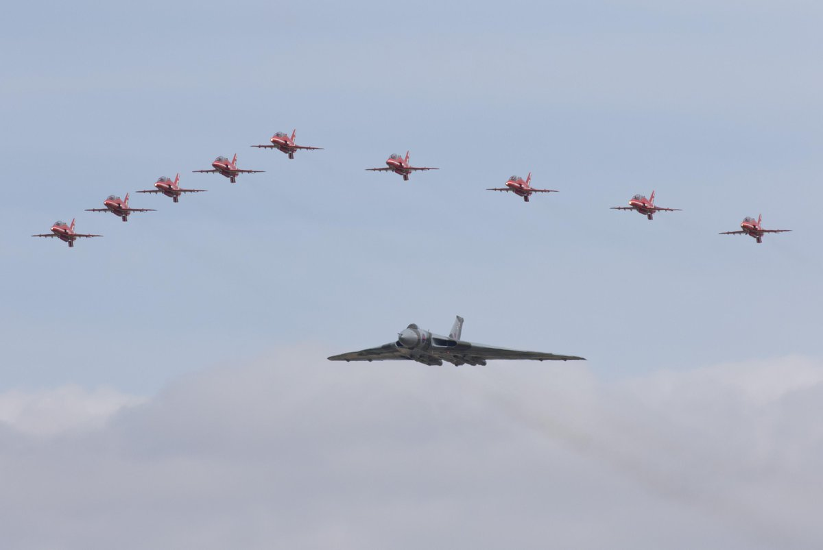 Farewell @XH558, what a send off! @rafredarrows #Farewelltoflight #RIAT15 http://t.co/l5wwxUmJ43