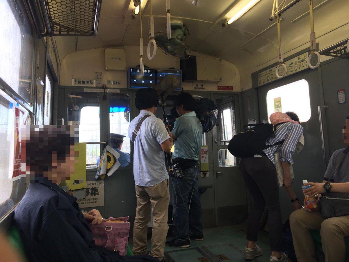正直ウザかったNHKの取材クルー、引退間近の熊本電気鉄道5000系を取材するのはいいけど両替したいおばちゃんの邪魔をしてまで撮影やってたのはクレームもの http://t.co/JJz6bmT6l5
