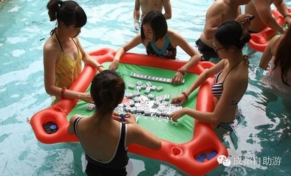 おお、これは本当に初めて見た!! 麻雀卓の浮き輪ですよ!!これは珍しい… 盘点成都周边打水上麻将的地方-搜狐 mt.sohu.com/20150716/n4169… pic.twitter.com/BTel2v9EJi