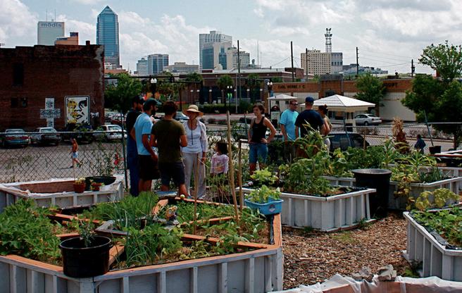 Urban farms and gardens are feeding cities around the world http://t.co/aTfaOy8XOZ via @Food_Tank #urbanfarming http://t.co/CIQmHDgHYw