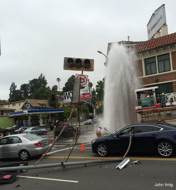 Crash shears off fire hydrant at Figueroa and York in #HighlandPark http://t.co/8LnqHDeSby http://t.co/hIqv3H6lCU