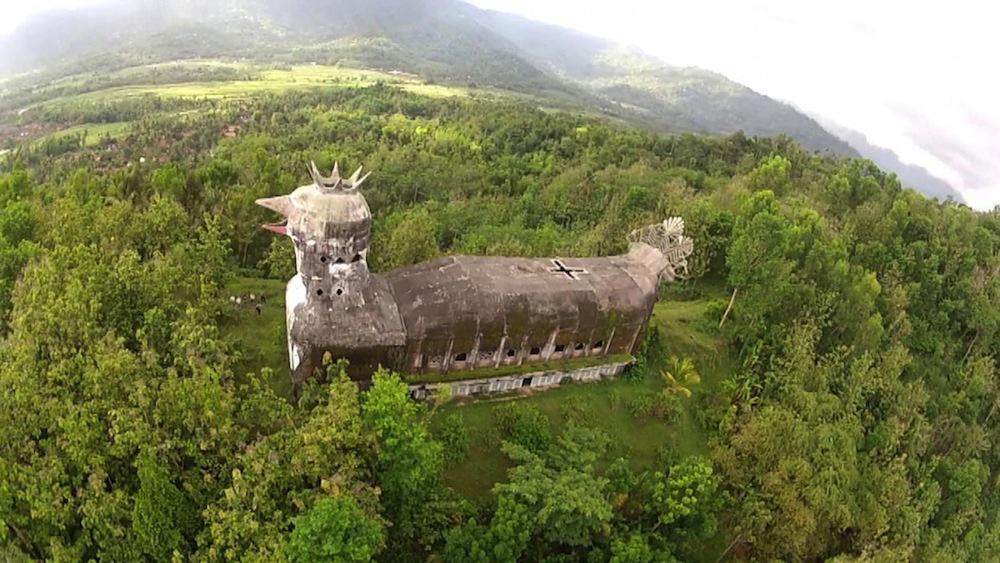 インドネシアにある巨大なニワトリの形をした石の教会。すごいな。神の啓示を受けて作った人はハトのつもりだったけれど、現地の人からは、その見た目から「ニワトリの教会」と呼ばれていたとのこと。 http://t.co/VOkG8luV0W http://t.co/kWWc0VIB0V