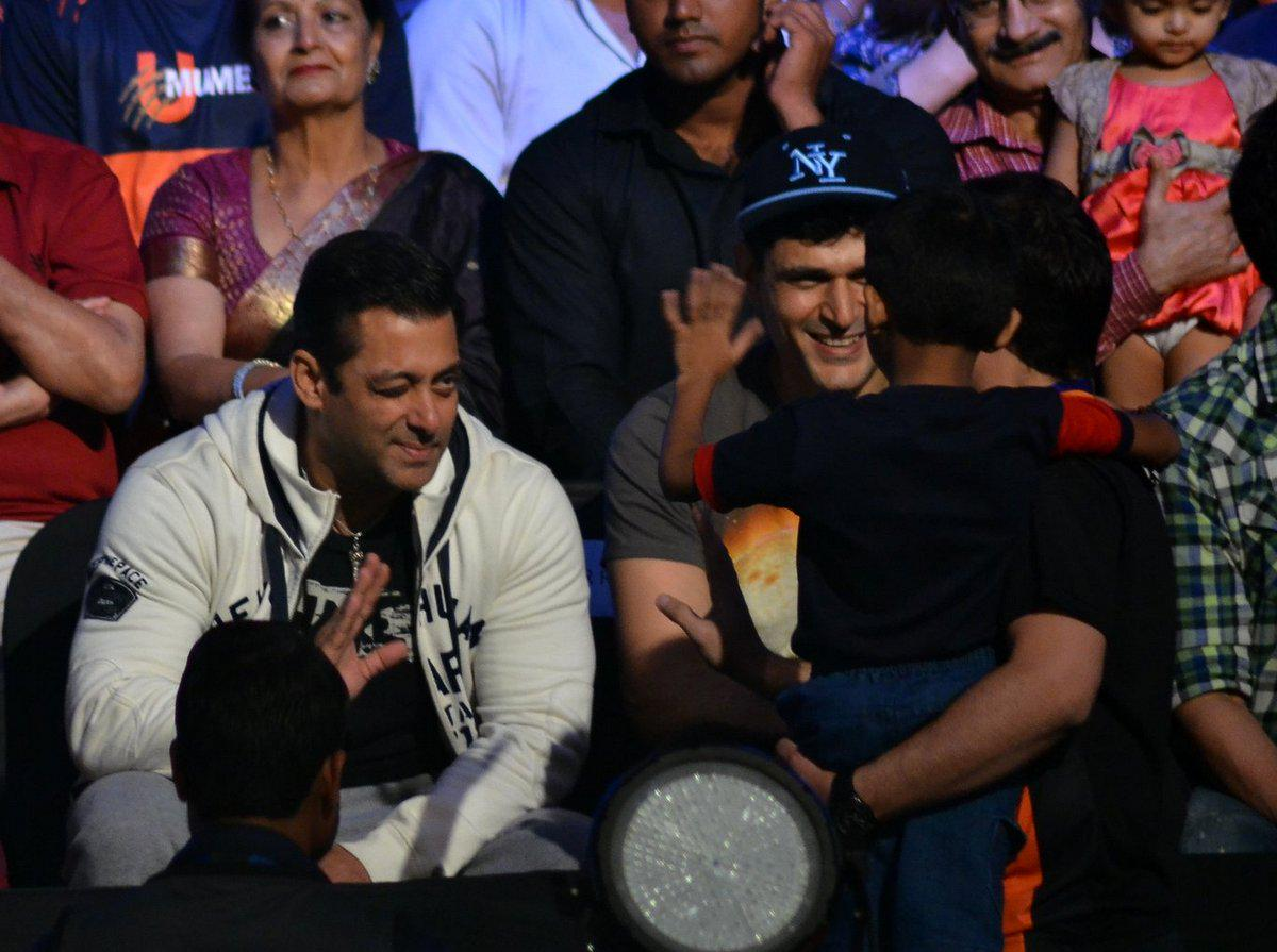Salman Khan winks at his little fan who drops in to say Hi to #BajrangiBhaijaan  #Fastest150crBajrangiBhaijaan http://t.co/9s50eNKtp6