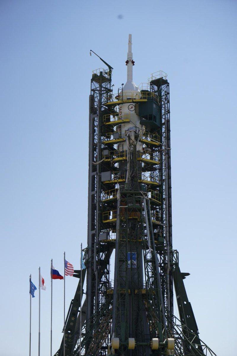 ソユーズのすぐそばまで行って見上げてきた。露米そして日本の国旗がきれいにたなびいいていた。嬉しくなった。なぜだか少し緊張した。#Soyuz #ソユーズ #Jaxa #バイコヌール #ISS @Astro_Kimiya http://t.co/srP6zE3EXM