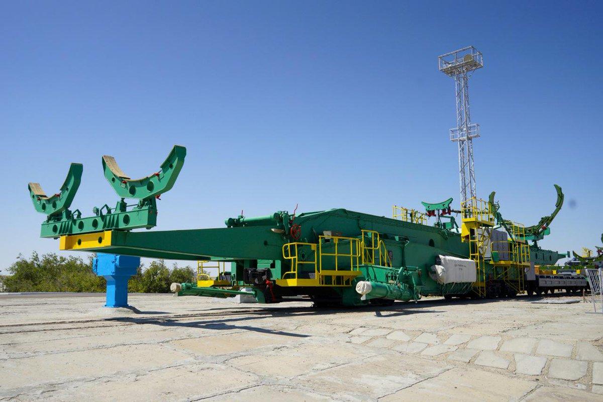 ソユーズロケットを乗せていた架台が緑色のクワガタのように、一休みしていた。。#Soyuz #ソユーズ #Jaxa #バイコヌール #ISS #油井 http://t.co/gwgDlihI91
