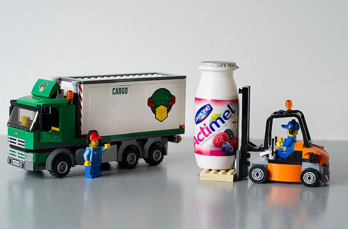 Mere end 10 milliarder L. Casei-mælkesyrebakterier fuldt med liv transporteres i hver Actimel-flaske.