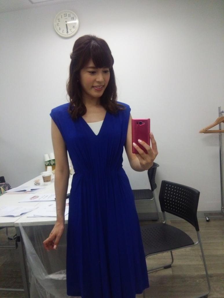 青いワンピースドレスの神田愛花