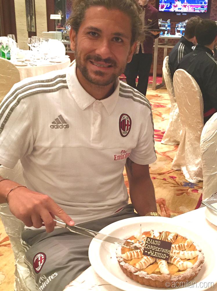 The birthday boy is celebrating with his teammates! Ancora auguri @ale_cerci_7! Buona la torta? http://t.co/P7YpHAlXXG
