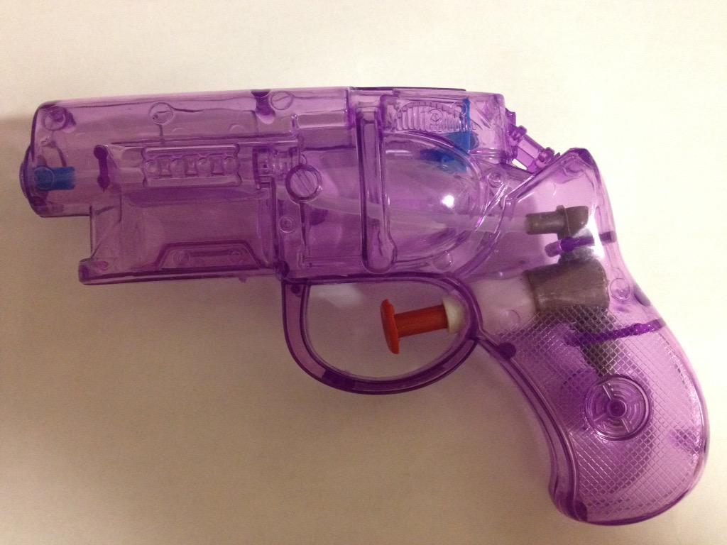 駅前でお祭りがあったんですが、縁日で売っていた水鉄砲を見てビックリ!今時の水鉄砲のフォルムは、『ブレードランナー』のデッカードブラスター風なんですよ。会場にいた子供達は、この銃で遊び狂っていました。ついに近未来だぜ! http://t.co/aEh1MQTxw4