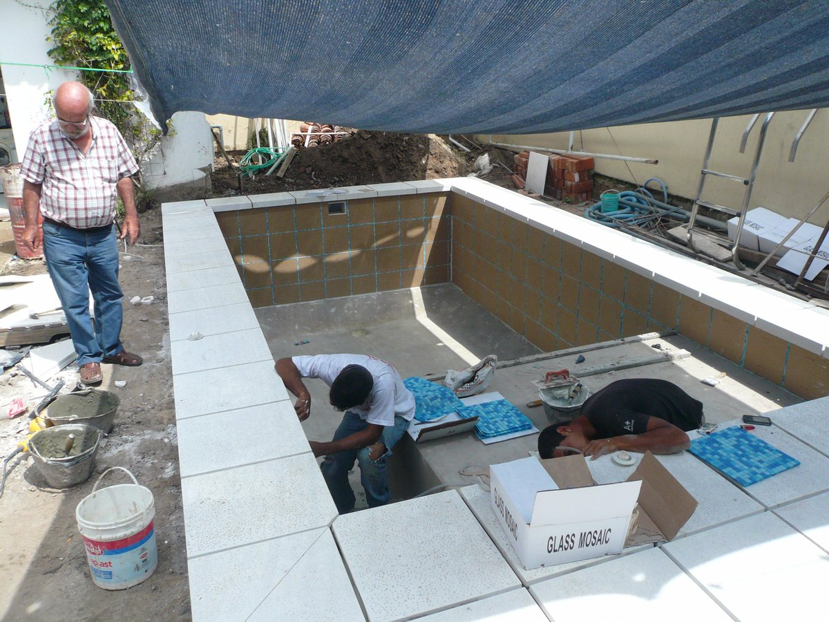 Piscinas culzoni on twitter avance de obra bordes patio for Bordes decorativos para piscinas