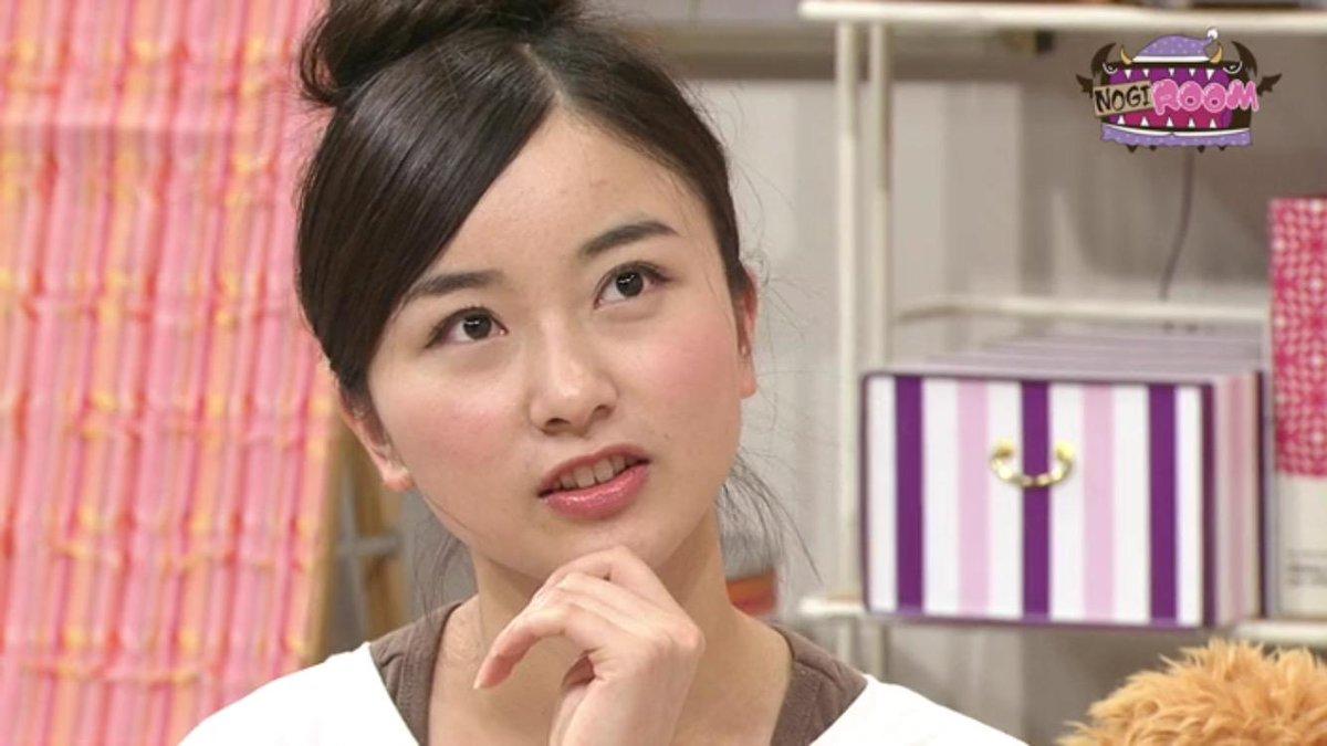 佐々木琴子のお団子ヘア。元気な印象だが、アップヘアにしても乱れない髪の毛は日頃のケアの賜物だ。