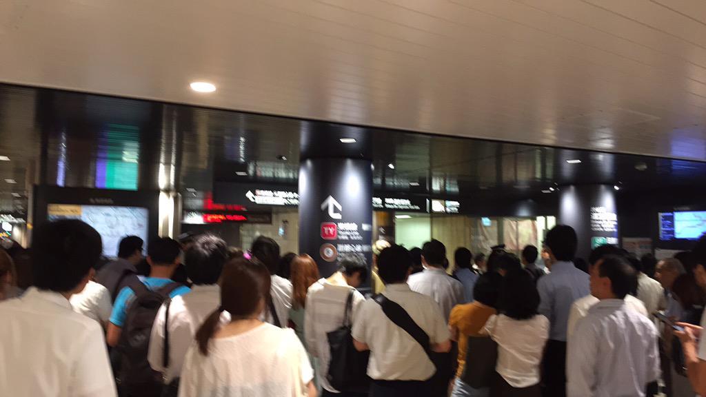 渋谷駅、冠水で一部の改札口が閉鎖。そして乗ろうとした田園都市線は人身事故で動かず。ホームは人で溢れて大変なことに、、、。帰れない(涙)。改札の外で待つ人たちの図。 http://t.co/5C453gux26