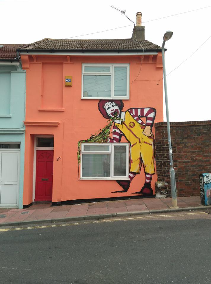 Ronald McDonald vomits over Brighton student house in 'revenge' mural http://t.co/RXi94lzal7 http://t.co/fEzVhHZ12h