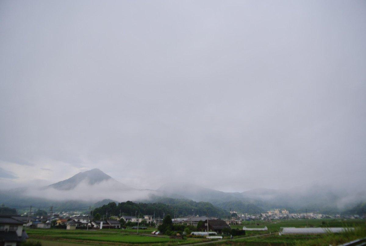 おはようございます。上田わっしょいの日を迎えた信州上田は白い雲に覆われていました。「山があるから川がある」「川があるから花が咲く」「人が来るから恋がある」「恋があるから夢がある」なぜか朝から泣いてます。祭りだ!!わっしょい!!!!! http://t.co/mDofFMuUDb