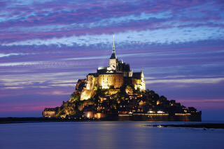 『モン・サン=ミシェル』 Fr :(Mont Saint-Michel) フランス西海岸、サン・マロ湾上に浮かぶ小島であり、同名の修道院がある。モン・サン=ミシェルは「聖ミカエルの山」の意味。 ノルマンディ地方とブルターニュ地方の境界に位置する。