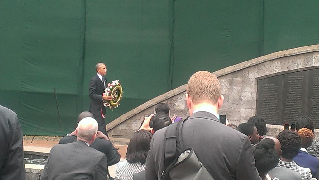 Obama lays a wreath at the August 7th Memorial Park. http://t.co/KuDVTmr9Il