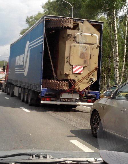 数日前「自衛隊機材輸送」が話題になりましたが、ここでベラルーシで行われた、MT-LBU多目的型汎用軽装甲牽引車のトレーラーでの輸送を見てみましょう。あ~装甲車って、縦置きしても大丈夫なんだ~(白目 pic.twitter.com/TlGejNzJoF