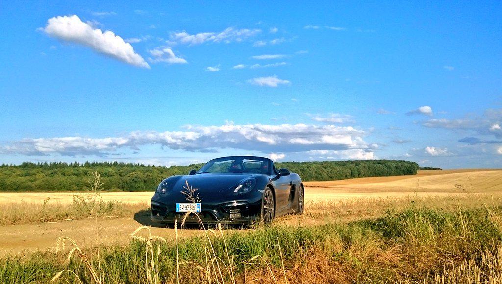 Automobili, gusti donne italiane: meglio una Porsche che una Fiat