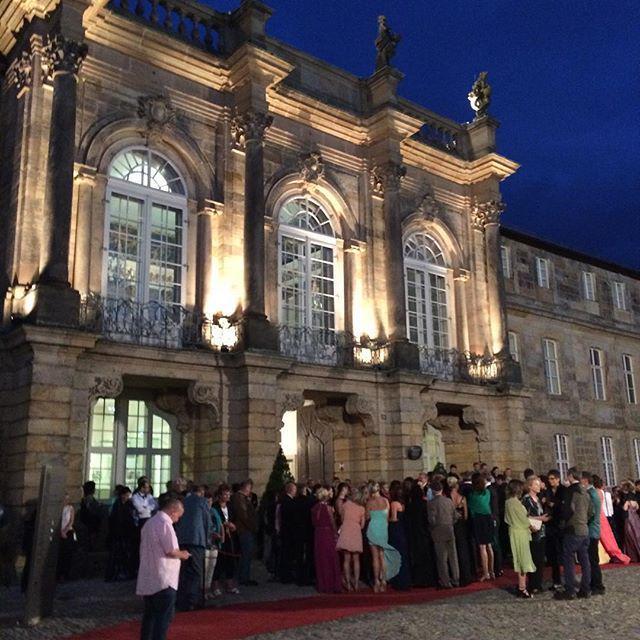Warten auf den Einlass in das Neue Schloß (ks) #BayreutherFestspiele #Bayreuth #Staatsempf… http://t.co/f3WXXmACaZ http://t.co/8ulMeI1Oix